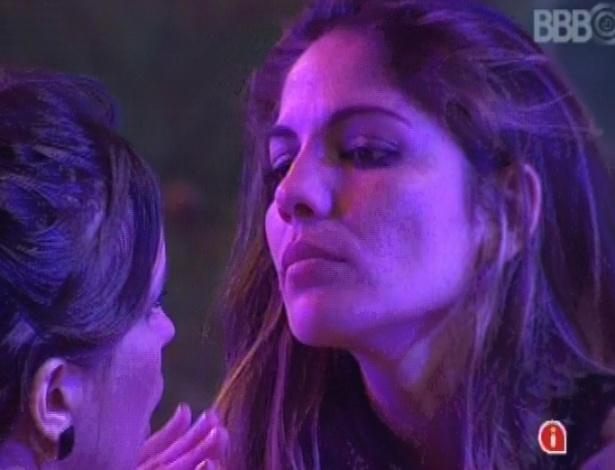 Anamara chama Kamilla para conversar sobre o jogo durante a festa Disco