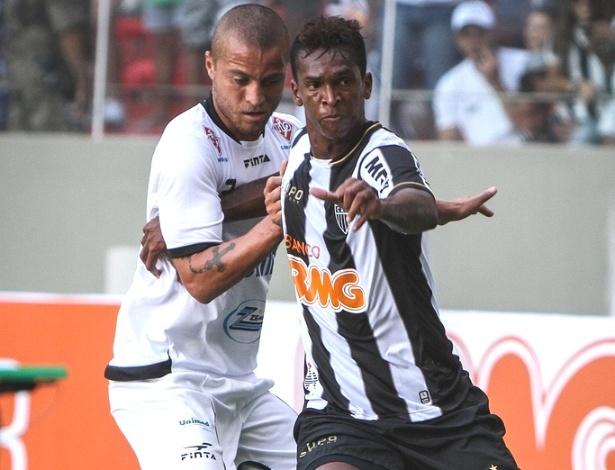 Atacante Jô disputa lance durante a vitória do Atlético-MG sobre o Araxá, por 3 a 0 (17/2/2013)