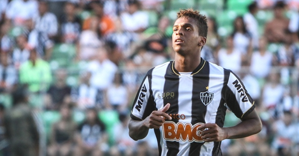 Atacante Jô marcou o primeiro gol da vitória sobre o Araxá, por 3 a 0, no Independência (17/2/2013)