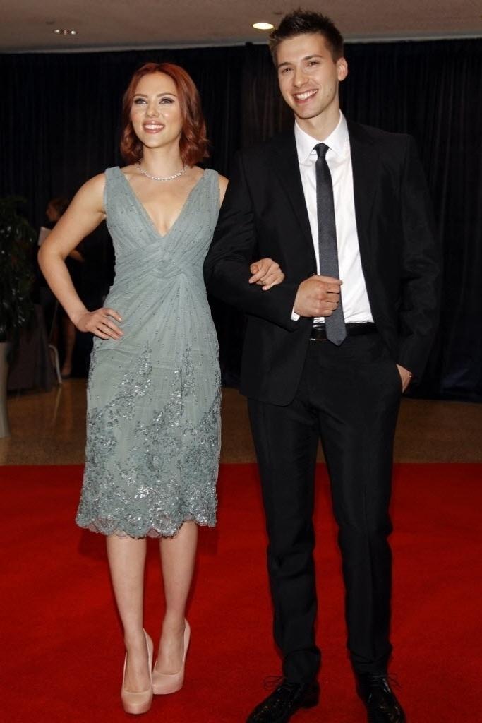 Scarlett Johansson leva o irmão gêmeo, Hunter, a jantar na Casa Branca, em Washington