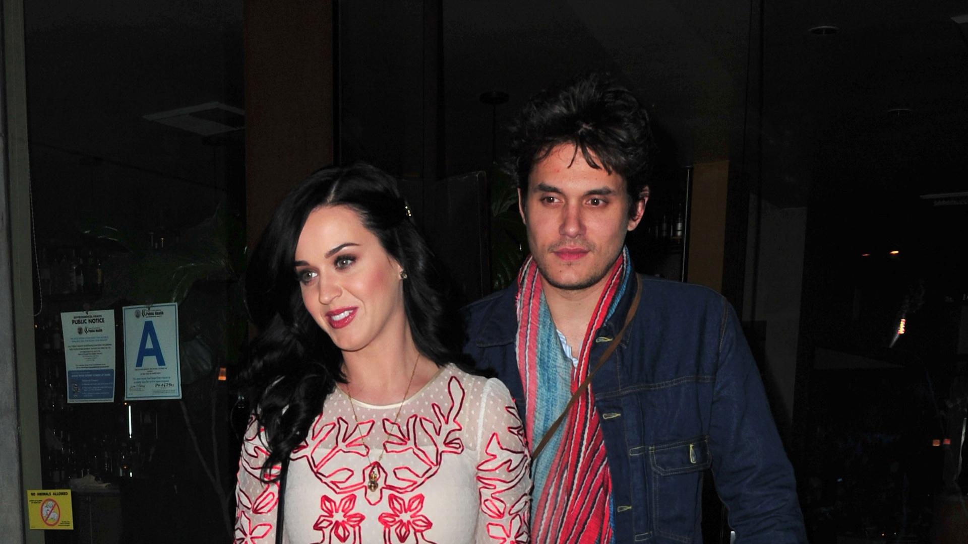 14.fev.2013 - Na noite do Valentine's Day, Katy Perry e John Mayer são flagrados saindo de restaurante em Los Angeles. A cantora segurava uma sacola na mão