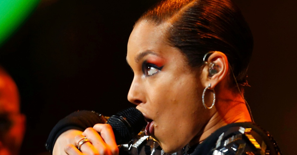 17.fev.2013 - Cantora Alicia Keys se apresenta no intervalo do All-Star Game da NBA
