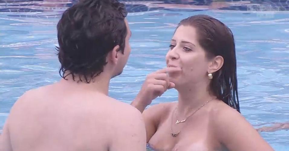 18.fev.2013 - Andressa brinca com Ivan na piscina