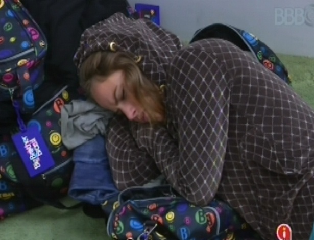 18.fev.2013 - Após toque de despertar, Natália dorme no chão da sala enquanto espera outros brothers irem no banheiro