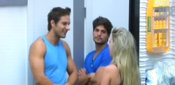 18.fev.2013 - Eliéser, André e Fernanda conversam sobre Anamara nesta tarde