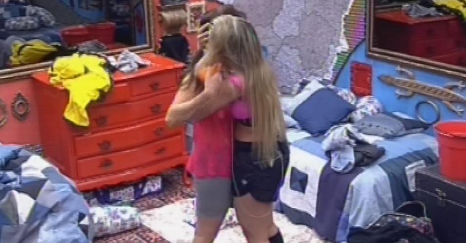 18.fev.2013 - Fernanda consola Kamilla e dá um abraço na amiga