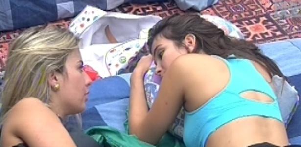 18.fev.2013 - Fernanda e Kamilla conversam sobre André no quarto brechó