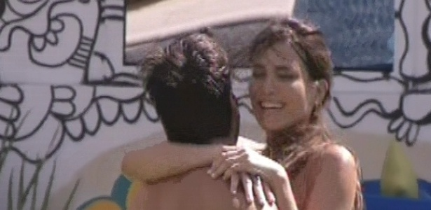 18.fev.2013 - Kamilla comemora gol em Fernanda e pula no colo de Marcello