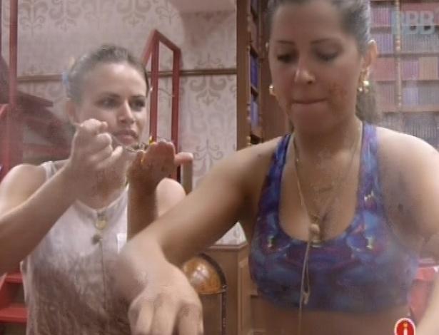 18.fev.2013 - Natália e Andressa cozinham frango e arroz para o almoço da xepa