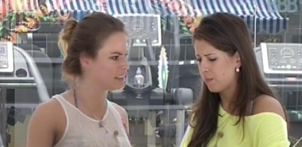 18.fev.2013 - Natália e Andressa fazem compras pela xepa no mercadinho