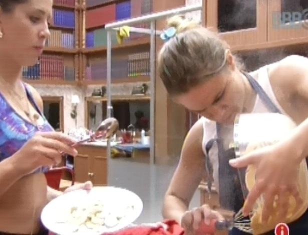 18.fev.2013 - Natália faz bolo de capuccino com banana para os brothers da xepa