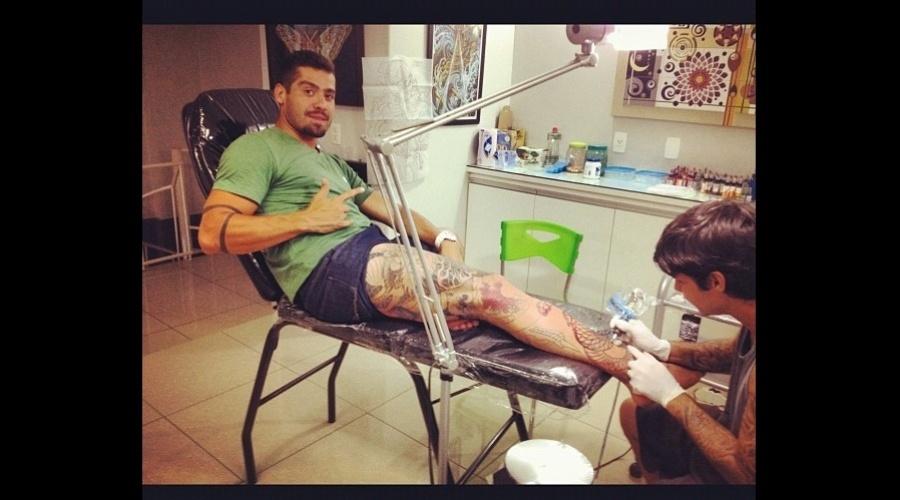 18.fev.2013 - O ex-BBB Yuri finalizou a tatuagem de dragão que tem na perna.