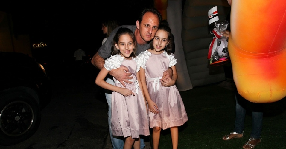 18.fev.2013 - Rogério Ceni prestigiou o aniversário de João Guilherme, filho de Faustão, acompanhado das filhas