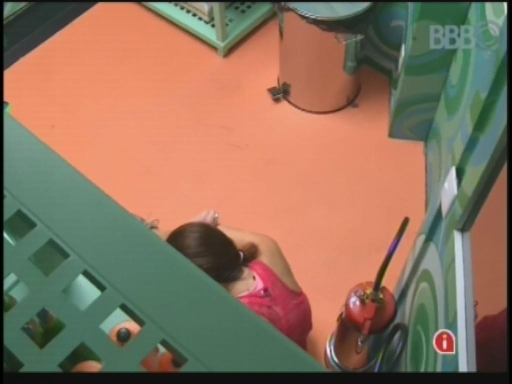 18.jan.2013 - Após pequena discussão com Fernanda, Kamilla se isola na despensa para chorar