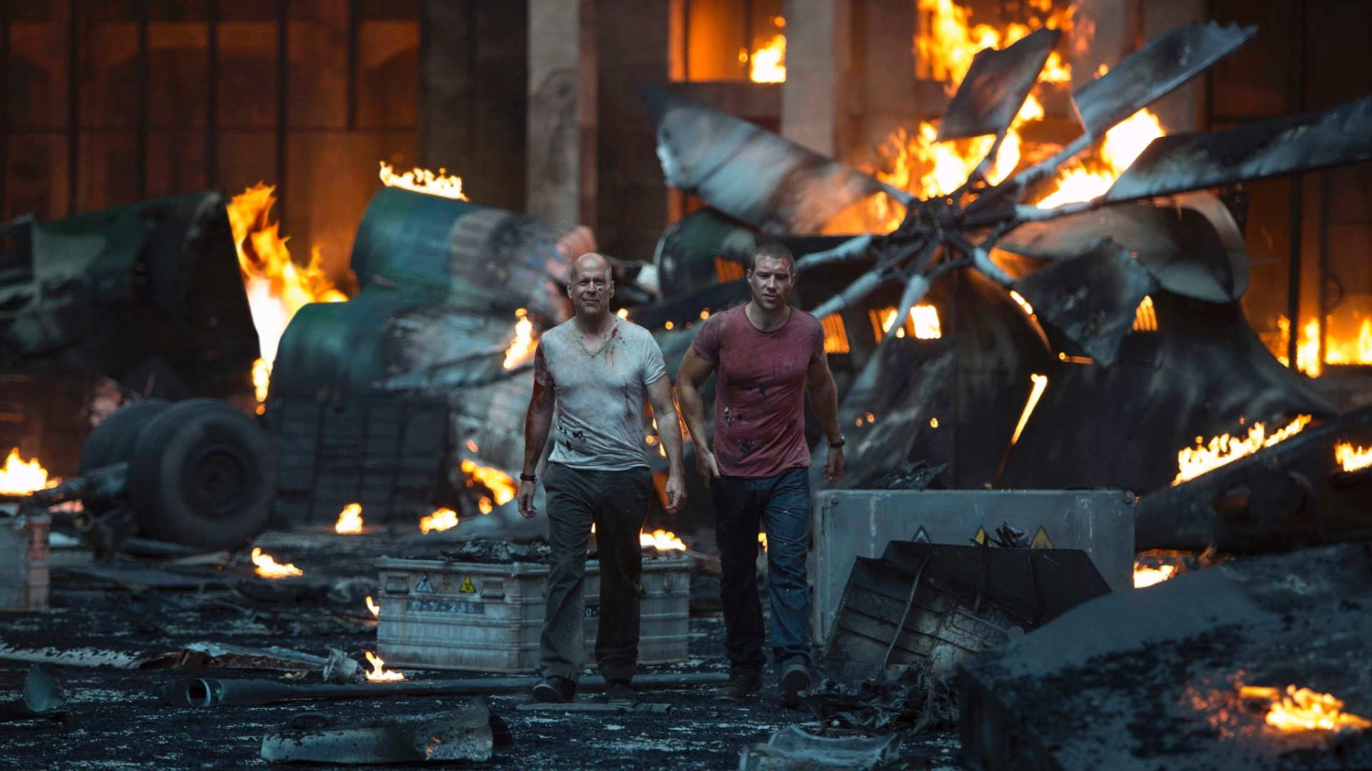 Bruce Willis e Jai Courtney em cena de