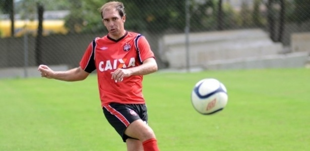 Paulo Baier, meia do Atlético-PR, voltou a treinar com bola