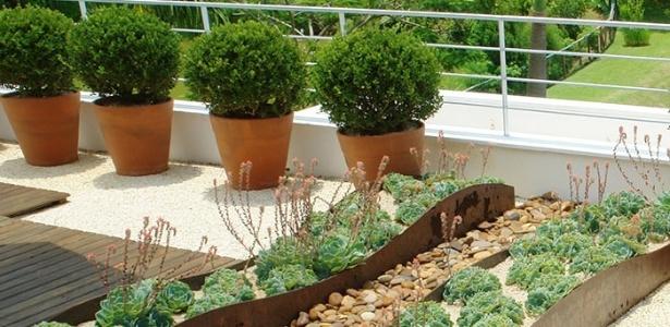 Projeto de jardinagem para sacada assinado pelo paisagista e arquiteto
