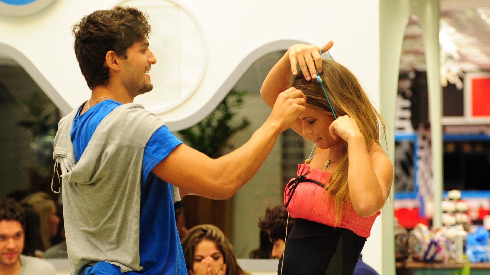 17.fev.2013 - Natália entrega o colar do anjo e imuniza André no paredão