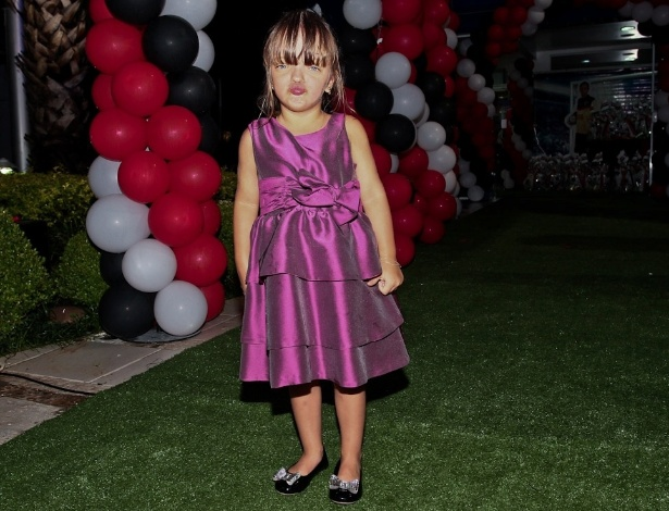 18.fev.2013 - Rafaela Justus, filha de Roberto Justus e Ticiane Pinheiro, brinca de posar para os fotógrafos na festa do filho de Faustão