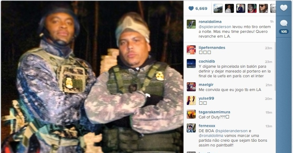 18.fev.2013 - Ronaldo e Anderson Silva se divertem jogando paintball; derrotado, 