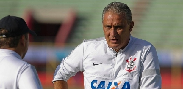 19.02.2013 - Detalhe de Tite durante o treino do Corinthians um dia antes da estreia contra o San Jose, pela Libertadores