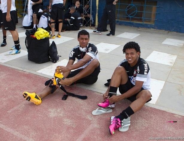 19.02.2013 - Paulinho e Romarinho se trocam à beira do gramado em Cochabamba, um dia antes da estreia do Corinthians na Libertadores contra o San Jose, em Oruro