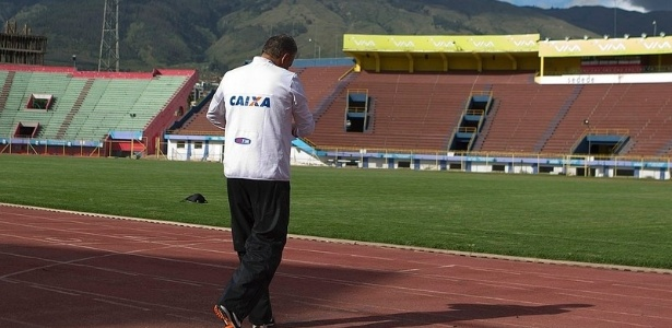 19.02.2013 - Tite caminha sozinho na pista de atletismo do estdio de Cochabamba, cidade boliviana onde o Corinthians faz aclimatao antes de encarar a altitude de Oruro, na estreia na Libertadores