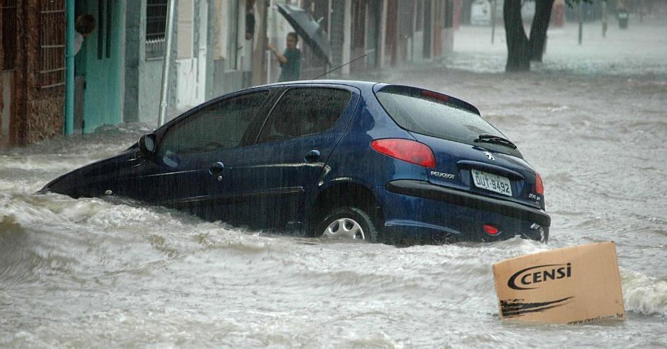 19.fev.2013 - A chuva forte da tarde desta terça-feira (19) deixou ruas alagadas na Vila Pompéia, zona oeste de São Paulo