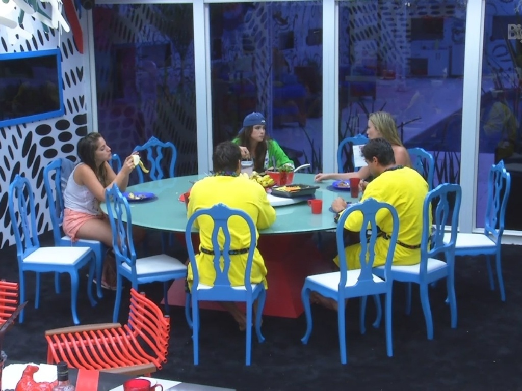 19.fev.2013 - Anamara, Kamilla, Fernanda, André e Eliéser almoçam juntos na casa principal