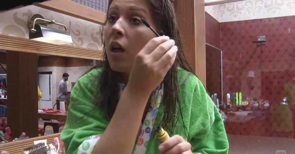 19.fev.2013 - Andressa se maquia após sair do banho no quarto Biblioteca