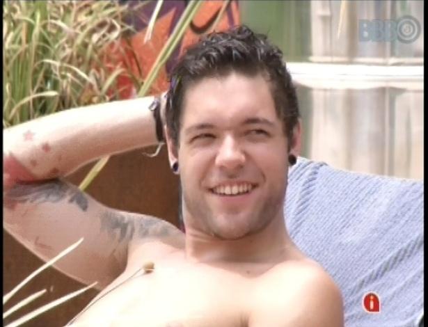 """19.fev.2013 - Animado, Nasser toma sol na piscina da casa do """"BBB13"""""""