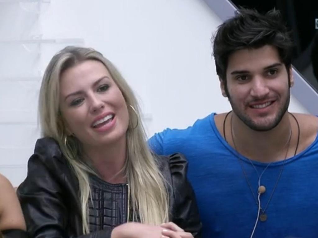 19.fev.2013 - Ao lado de Marcello, Fernanda agradece Bial após apresentador elogiá-la por ter