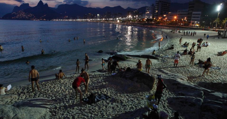 19.fev.2013 - Banhistas aproveitam noite quente na praia do Arpoador, na zona sul do Rio de Janeiro, nesta terça-feira (19)