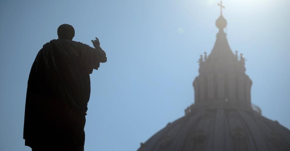19.fev.2013 - Basílica de São Pedro é vista dos jardins do Vaticano. A renúncia do papa Bento 16 provoca um momento de profunda dúvida no país atormentado por escândalos de corrupção envolvendo a Igreja Católica