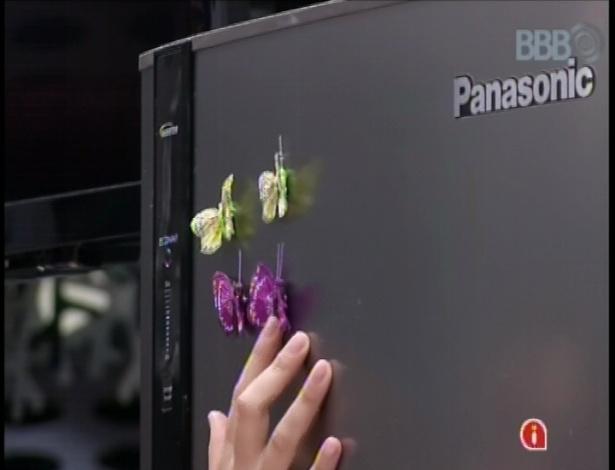 19.fev.2013 - Kamilla coloca na geladeira quatro borboletas, representando ela, Eliéser, Fernanda e André