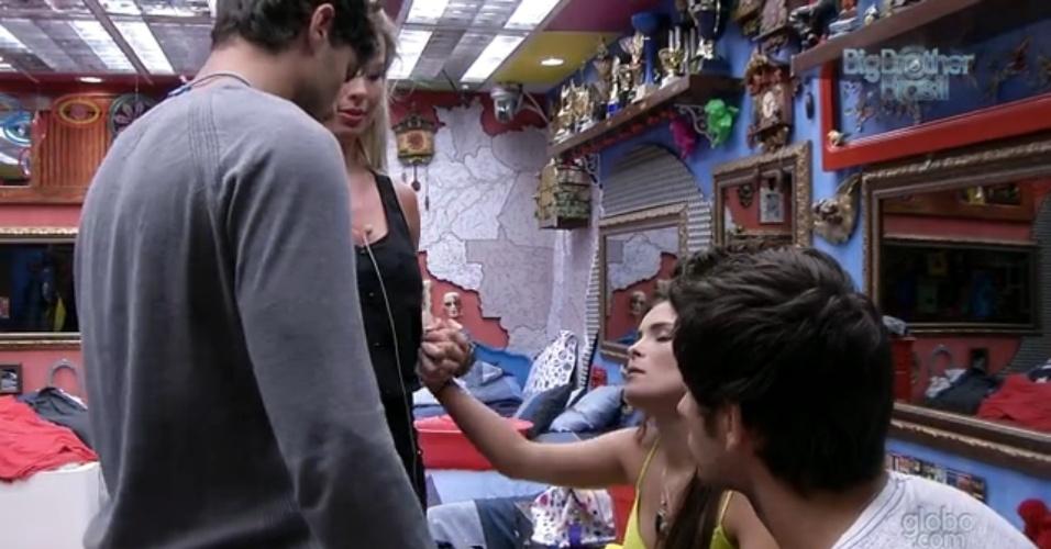 19.fev.2013 - Kamilla, Eliéser, André e Fernanda rezam no quarto Brechó antes da eliminação desta terça