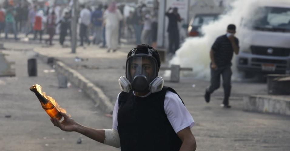 19.fev.2013 - Manifestante enfrenta a polícia com coquetel molotov na vila de Sanabis, a oeste da capital Manama, no Bahrein, nesta terça-feira (19). Os manifestantes entraram em confronto com a polícia depois de visitarem o túmulo de um garoto de 16 anos morto na última quinta-feira (14) por forças barenitas durante protestos pelo segundo aniversário de um levante para exigir reformas democráticas