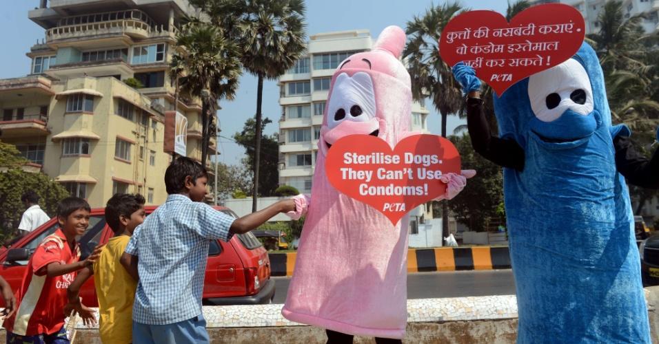 19.fev.2013 - Membros da ONG dos direitos dos animais Peta fazem campanha, em Mumbai (Índia), pela esterilização de cães e gatos. Os ativistas se fantasiaram e levaram cartazes com os dizeres ?Esterilize os cães ? Eles não conseguem usar camisinhas?