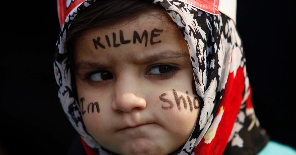 19.fev.2013 - Menina muçulmana participa de protesto, em Lahore, no Paquistão, contra ataques a xiitas em Quetta. O atentado matou 89 pessoas