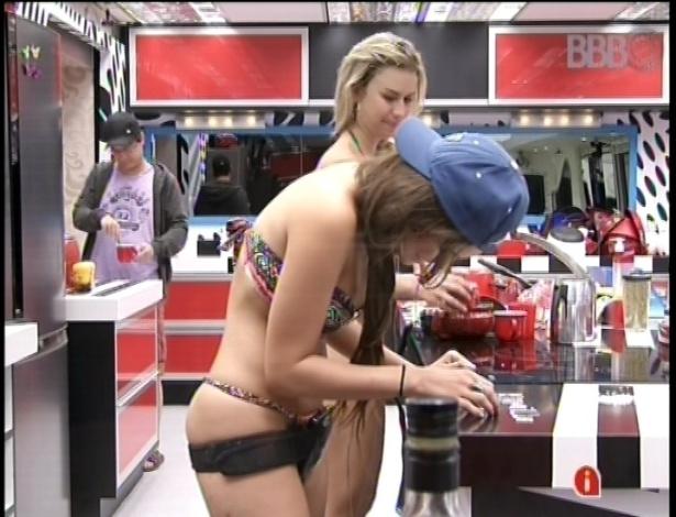19.fev.2013 - Na cozinha, Kamilla prepara uma declaração de amor para o amado Eliéser. A miss escreveu o nome do casal com grãos de arroz.