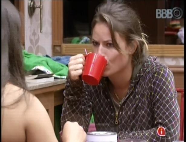 19.fev.2013 - Natália toma café na manhã desta terça e conversa com Andressa