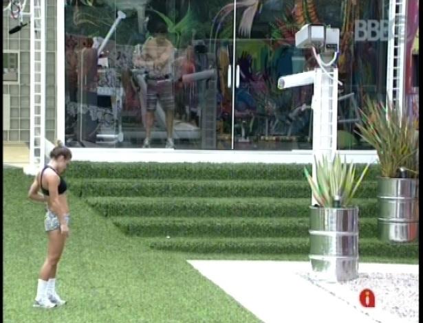 19.fev.2013 - No jardim, Natália espera Andressa sair da academia