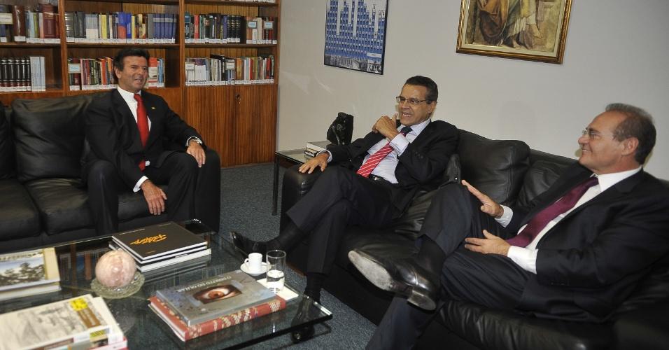 19.fev.2013 - O ministro do STF (Supremo Tribunal Federal) Luiz Fux (à esquerda) conversa com o presidentes da Câmara dos Deputados, Henrique Eduardo Alves (PMDB-RN), ao centro, e com o presidente do Senado, Renan Calheiros (PMDB-AL), nesta terça-feira (19), em Brasília (DF). Durante o encontro eles discutiram a liminar que obriga o Congresso a analisar 3.000 vetos presidenciais em ordem cronológica. A votação do Orçamento da União deste ano está parada no Legislativo à espera de uma decisão do Supremo