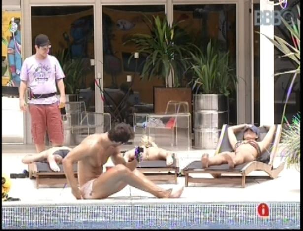 19.fev.2013 - O professor Ivan se levanta e vai ver os outros participantes tomando sol na piscina