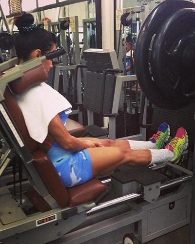 19.fev.2013 - O treino de Gracyanne Barbosa é finalizado com exercícios para definir as panturrilhas. Segundo a morena, ela faz quatro séries com 30 repetições deste exercício