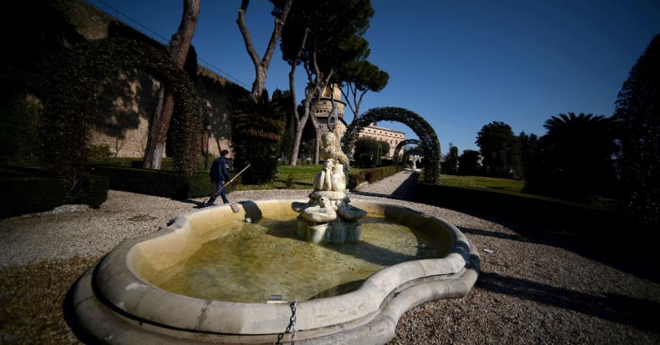 19.fev.2013 - O Vaticano abriu excepcionalmente suas portas à imprensa para mostrar alguns de seus locais menos conhecidos. Na foto, a fonte do jardim interno do país que vive um momento de dúvida com a renúncia do papa Bento 16