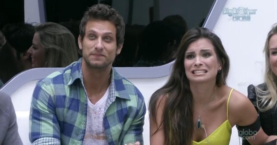 19.fev.2013 - Os emparedados Kamilla e Eliéser fazem careta quando Bial fala sobre a eliminação desta noite