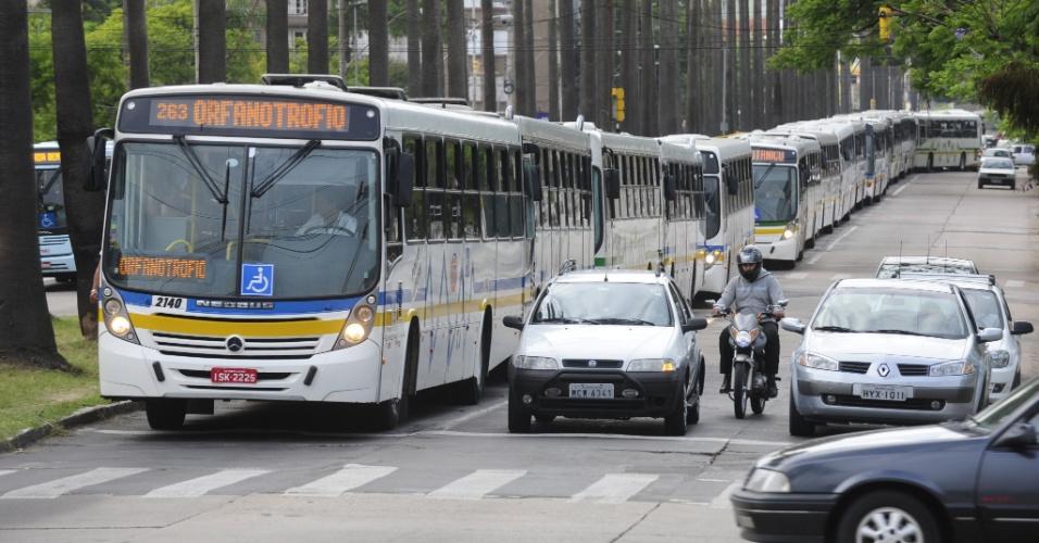"""19.fev.2013 - Os rodoviários em Porto Alegre realizam uma """"operação tartaruga"""" desde as 7h desta terça-feira (19). Os motoristas pedem um novo índice de reajuste nos salários e redução da carga horária e estão conduzindo os coletivos a 20 quilômetros por hora nos corredores de ônibus da cidade"""