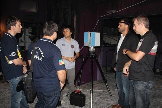 19.fev.2013 - Peritos da Polícia Civil trabalham na construção de uma maquete 3D da boate Kiss, em Santa Maria (RS), onde mais de 230 morreram em um incêndio no dia 27 de janeiro. A equipe iniciou nesta terça-feira (19) o mapeamento fotográfico da área interna da casa noturna