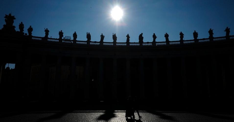 19.fev.2013 - Pôr do sol ilumina praça de São Pedro, no Vaticano. A renúncia do papa Bento 16 provoca um momento de profunda dúvida no país atormentado por escândalos de corrupção